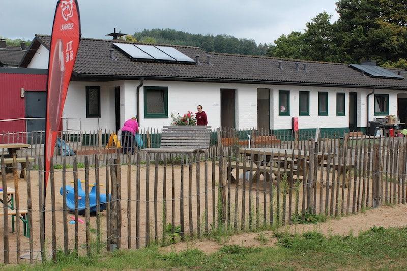 Der Spielplatz auf dem Jugendzeltplatz Aggertal ist eingezäunt damit die Kleinen nicht entwischen können.