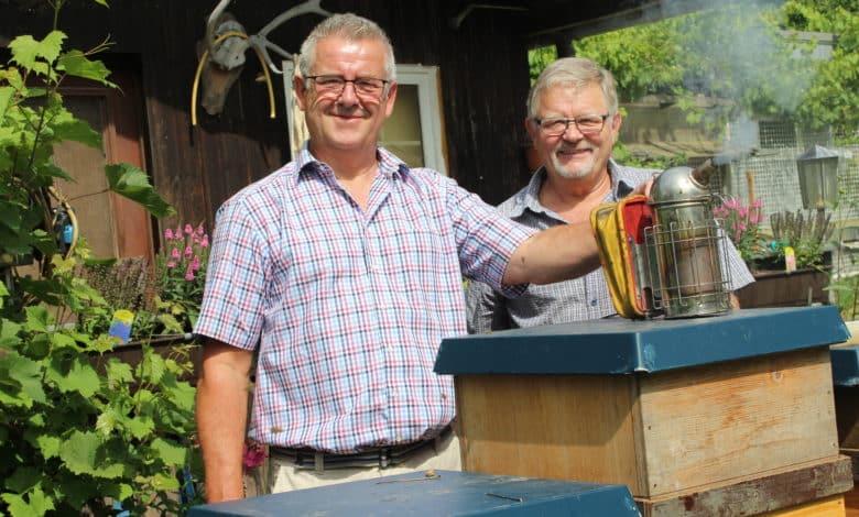 Imker Georg Amser zusammen mit Johannes Schuster (Bienenzuchtverein Engelskirchen).